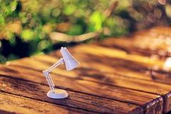 Lampe auf der Bank Lizenzfreie Stockfotos