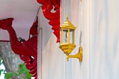 Lampe auf der Wand stockfoto