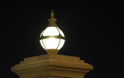 Lampe auf der Wand nachts Lizenzfreie Stockfotografie