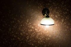 Lampe auf einem Wandglänzen Stockbild