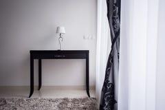 Lampe auf einer dekorativen Tabelle Lizenzfreies Stockbild