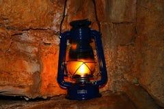 Lampe auf einer Höhlewand Lizenzfreie Stockfotografie