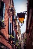 Lampe auf europäischer Straße Stockbilder