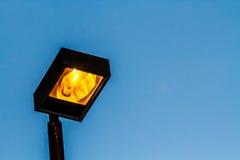 Lampe auf hohem Beitrag Stockbild