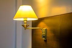 Lampe auf Kopfende stockfotografie