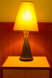 Lampe auf Tabelle stockfoto