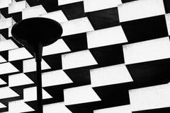 Lampe auf Vordergrund des geometrischen Gebäudes Stockbilder