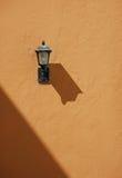 Lampe auf Wand lizenzfreie stockfotografie
