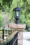 Lampe auf Zaunwand Lizenzfreie Stockbilder