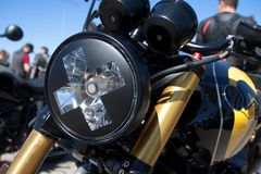 Lampe avant brillante de moto photographie stock