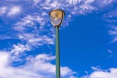 Lampe avec le ciel bleu et nuageux Images libres de droits