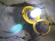 Lampe avec un auvent ouvert dans le garage Photo libre de droits