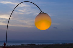 Lampe beleuchtet mit dem Sonnenuntergang Stockfotografie