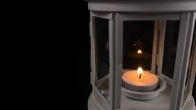 Lampe blanche avec une bougie brûlante banque de vidéos