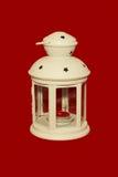 Lampe blanche avec une bougie rouge Photographie stock libre de droits
