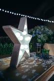 Lampe blanche d'étoile avec les ampoules au-dessus de la table Image stock