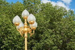 Lampe blanche sur le pilier d'or images stock