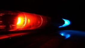 Lampe bleue et rouge de la police qui clignote dans le noir banque de vidéos