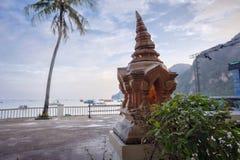 Lampe bouddhiste religieuse sur la plage dans la province de Krabi, Thaïlande photo stock