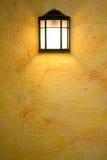 Lampe classique de brun foncé sur le mur abstrait jaune Photo libre de droits