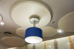 Lampe créative bleue de plafond Photos libres de droits