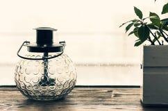 Lampe décorative de lanterne portative sur le rebord de fenêtre photo stock