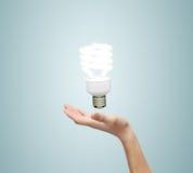 Lampe d'économie d'énergie de pand de main Image stock