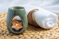 Lampe d'arome avec l'huile essentielle de pamplemousse, fond de station thermale, horizontal Photo stock