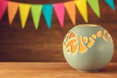 Lampe d'arome Globe bleu de bougeoir sur le fond du festiv Image libre de droits