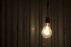 Lampe dans l'obscurité Photos libres de droits