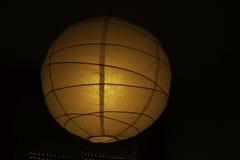 Lampe dans l'obscurité image stock