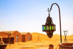 Lampe de berber de Coloreful avec les tentes traditionnelles de nomade sur le fond images stock