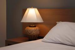 Lampe de bureau avec le lit Images libres de droits