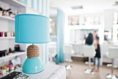 Lampe de bureau de turquoise avec la corde de décor sur le studio de beauté Photos libres de droits