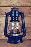 Lampe de kérosène sur la table en bois Photographie stock