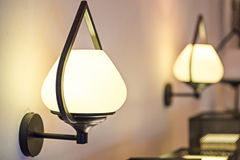 Lampe de mur avec la nuance jaune Photographie stock
