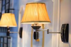 Lampe de mur avec la nuance jaune Photo libre de droits