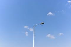 Lampe de route avec le ciel bleu et les nuages blancs Images libres de droits