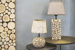 Lampe de table en bois, une lampe faite en sapin en bois et écorce de bouleau Lampe en bois originale moderne photo stock