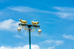 Lampe de vache à rue avec le ciel bleu Images libres de droits
