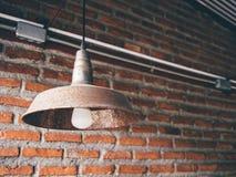 Lampe de vintage contre le mur de briques Photo libre de droits