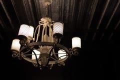Lampe de vintage rougeoyant et illuminant dans l'obscurité Froid et oriental Photographie stock libre de droits
