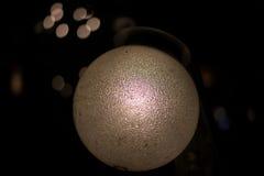 Lampe de vintage rougeoyant et illuminant dans l'obscurité Froid et oriental Image libre de droits