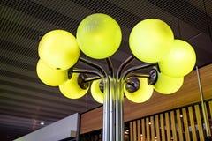 Lampe debout faite de plusieurs lampes vertes rondes photos libres de droits