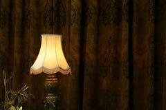 Lampe in der Dunkelheit. Stockbild