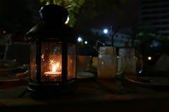 Lampe in der Dunkelheit auf dem Tisch gesetzt stockbild
