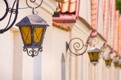 Lampe, die auf der Wand, antikes Gebäude hängt stockfoto