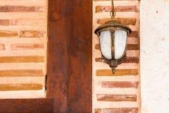 Lampe, die auf einer Backsteinmauer hängt Stockbild