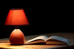 Lampe, die ein Buch belichtet Lizenzfreies Stockbild