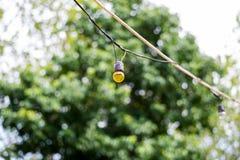 Lampe, die mit bokeh Hintergrund hängt Lizenzfreie Stockfotos